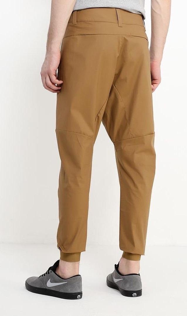Мужские брюки песочного цвета.