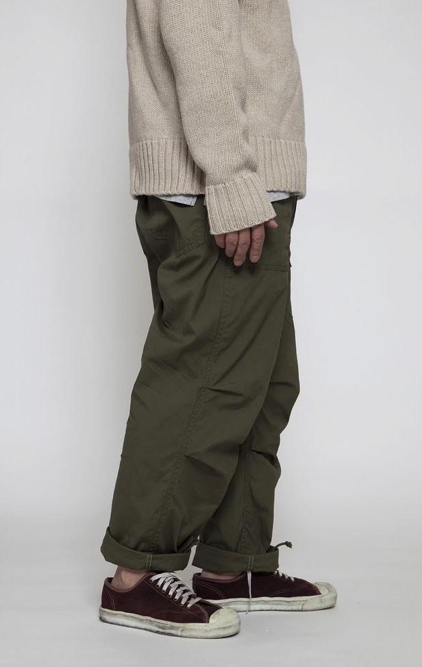 Темно зеленые мужские брюки.